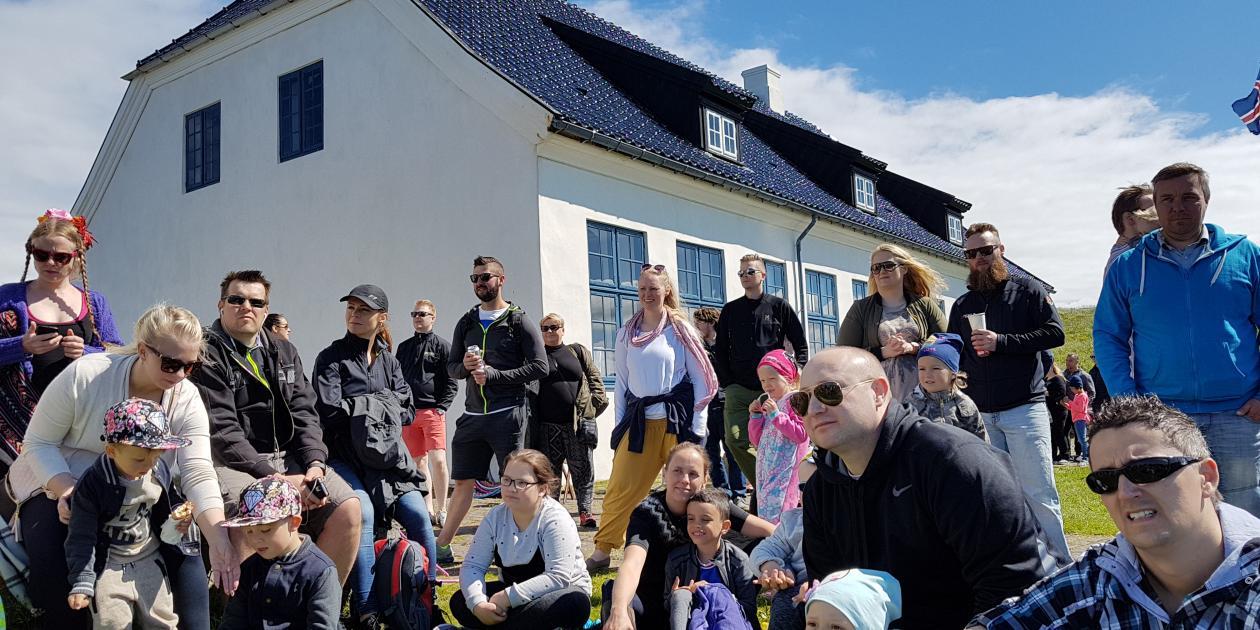 Á fallegum sumardegi við Viðeyjarstofu.