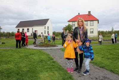 Móðir og börnin hennar tvö á torgi Árbæjarsafns