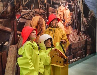 Á sýningunni Fiskur & fólk. / At the exhibition Fish & folk.