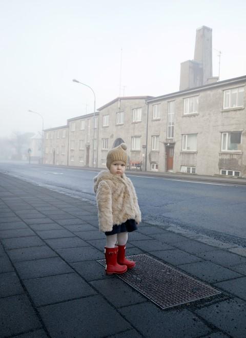 Lítil stúlka á Hofsvallagötu. / A little girl at Hofsvallagata
