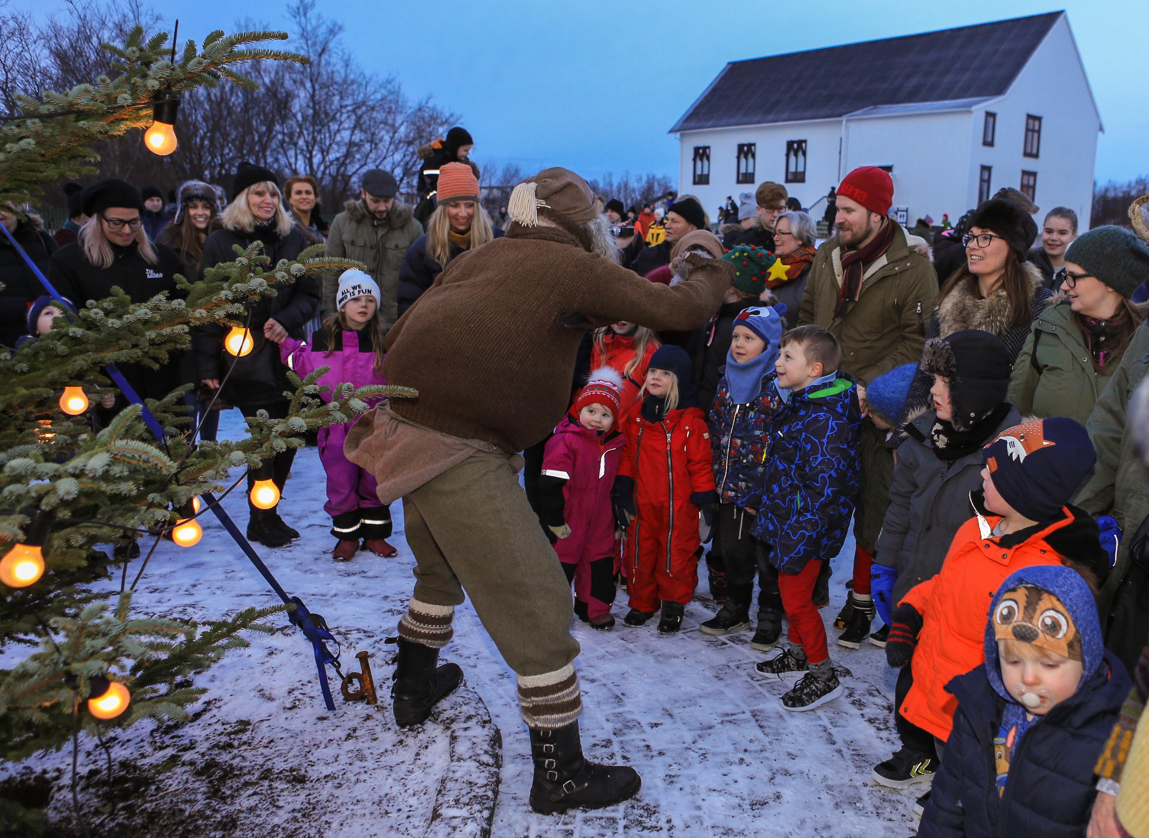 Dansað í kringum jólatréð á jóladagskrá Árbæjarsafns